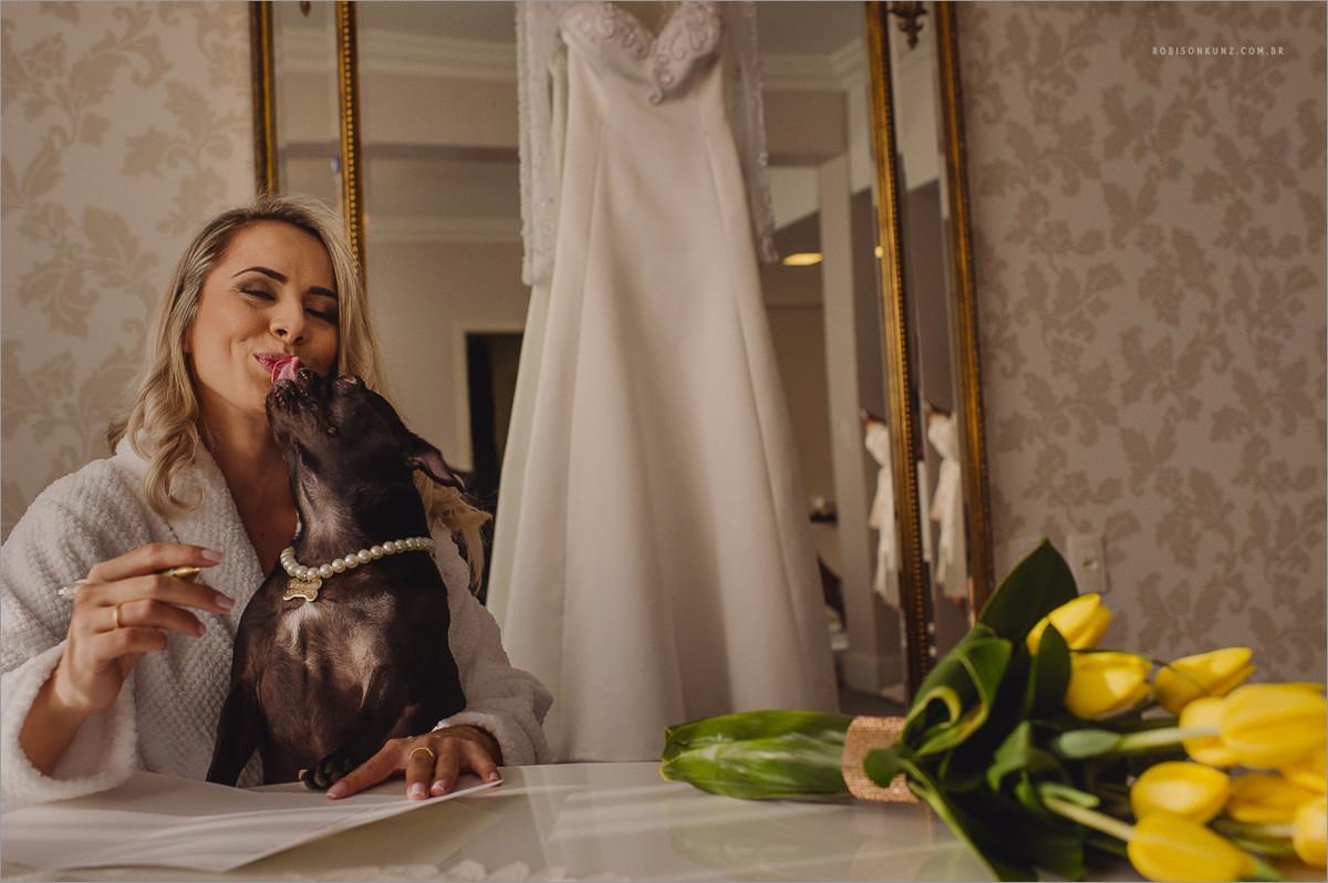 noiva e seu cachorro escrevendo os votos