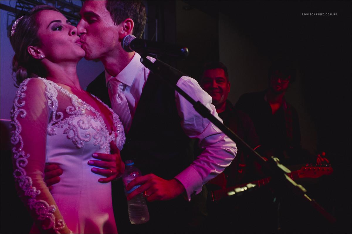 noivos cantando durante o casamento