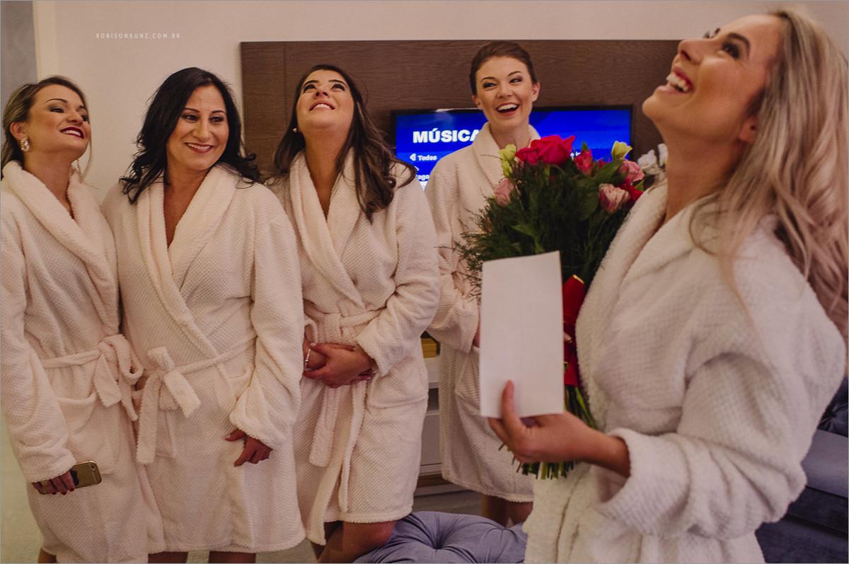 noiva e madrinhas emocionadas antes do casamento