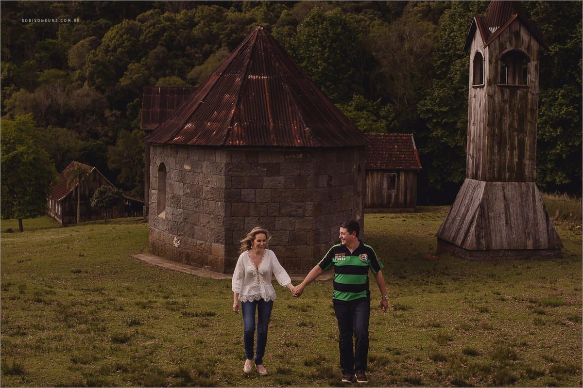 casal caminhando em casas antigas