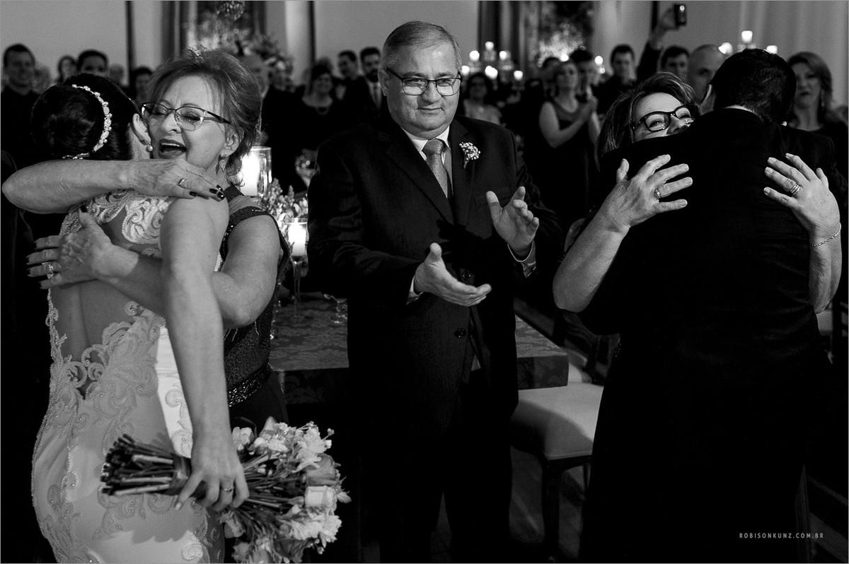 fotos emocionantes com noivos e pais