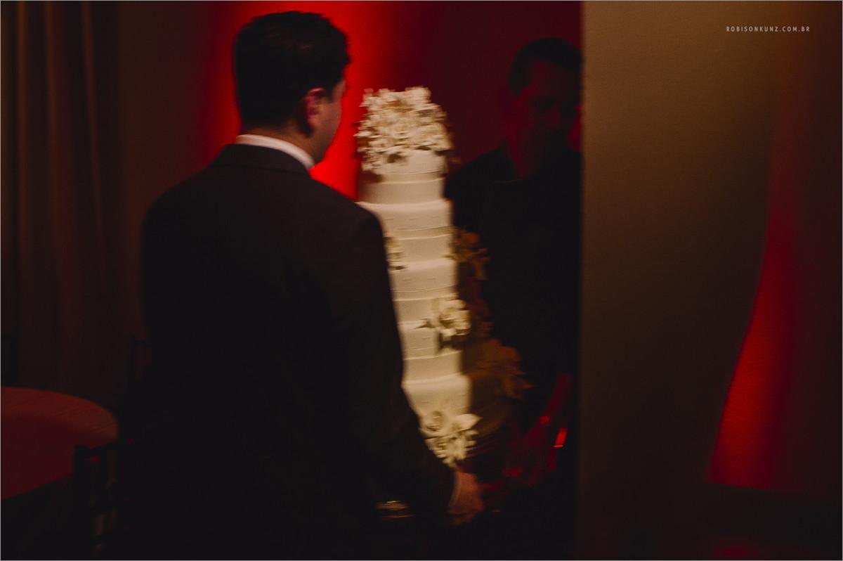 bolo de casamento sendo carregado