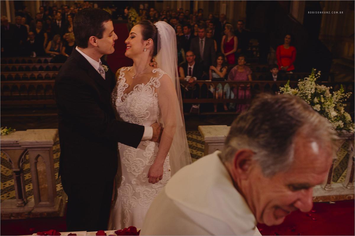 padre não quer ver o beijo dos noivos