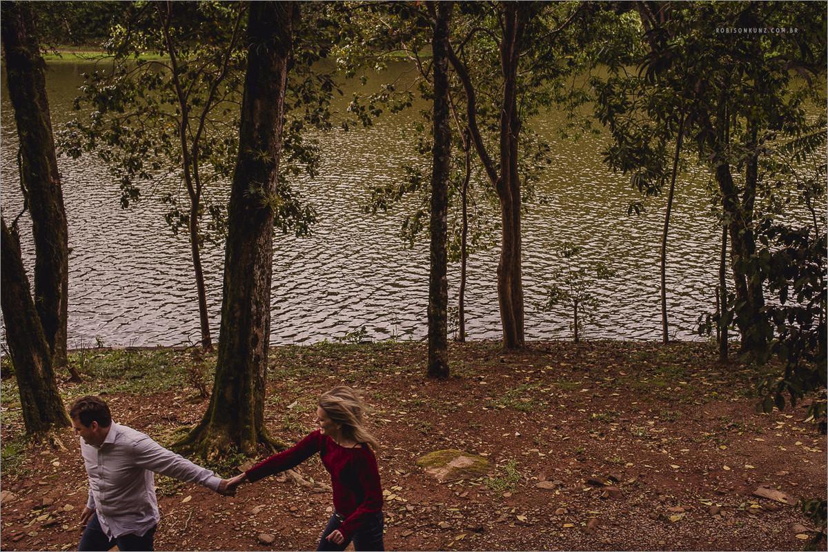 fotos de casal correndo na beira do lago