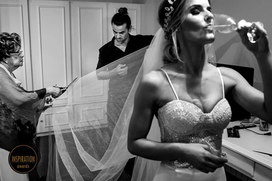 avó cortando véu da noiva