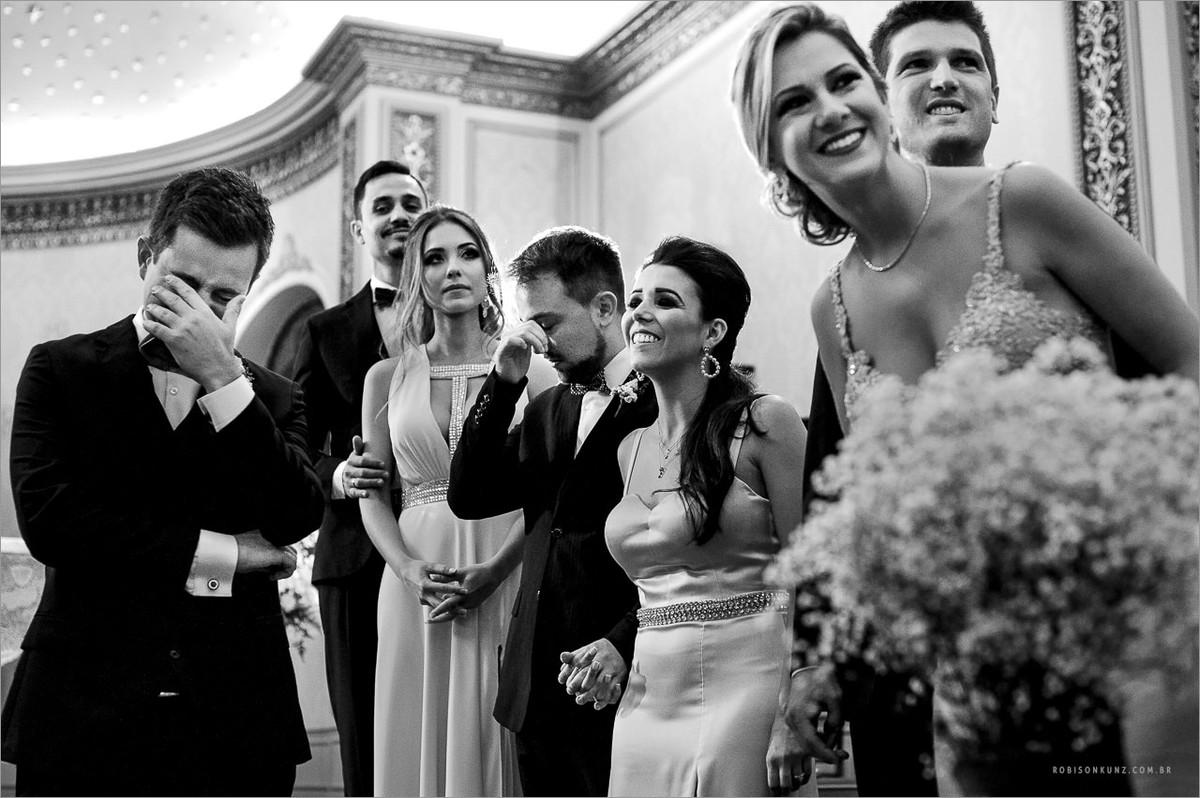 noivo chorando na entrada da noiva
