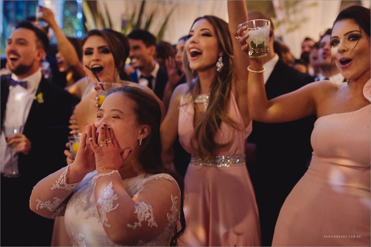 daminha comemorando com os noivos