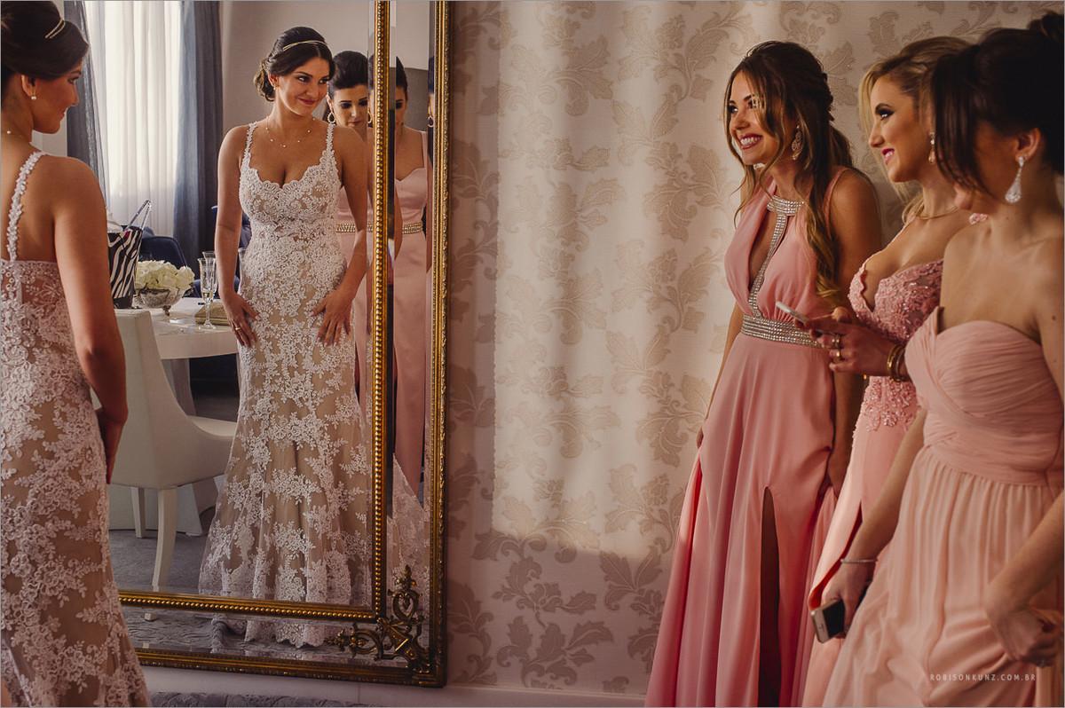 madrinhas vendo o vestido da noiva