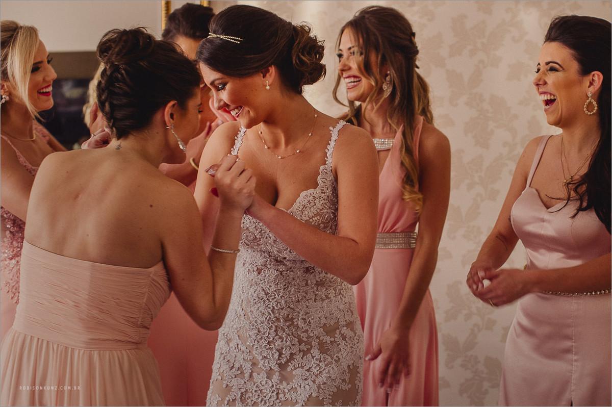 madrinhas emocionadas com a noiva