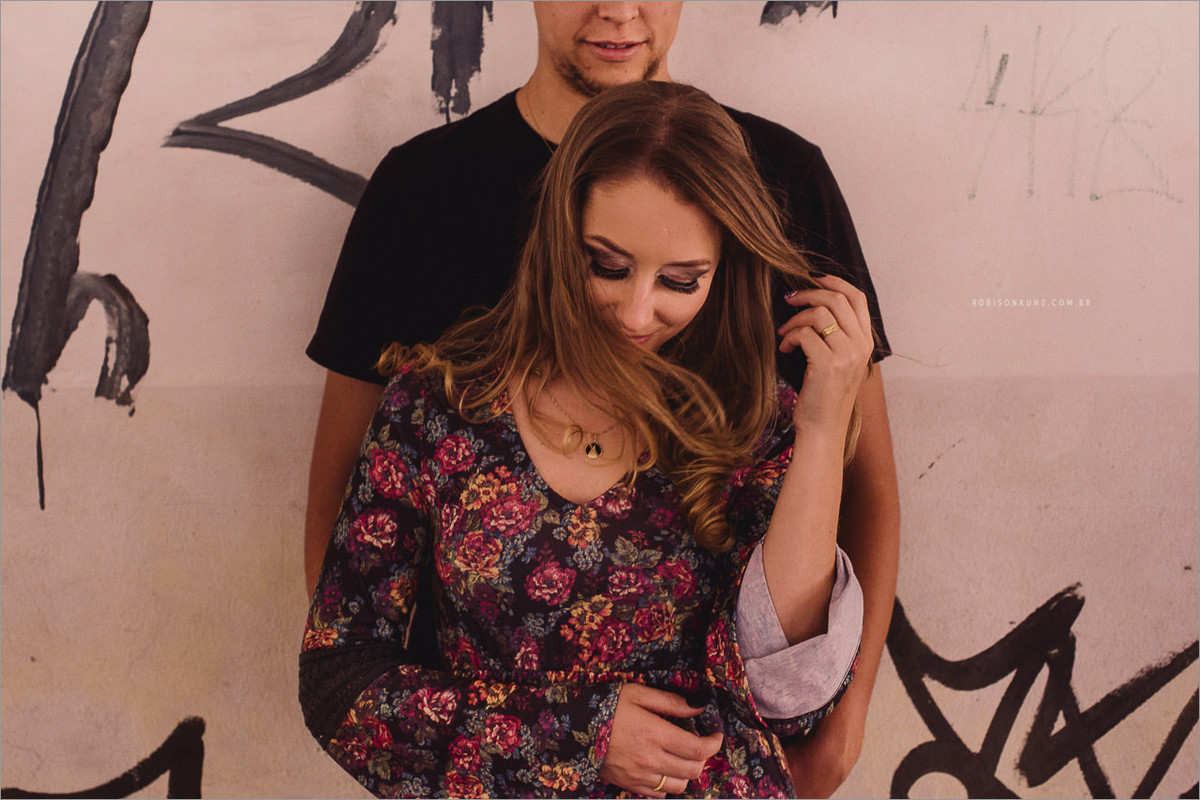 fotos de casal em frente a parede grafitada