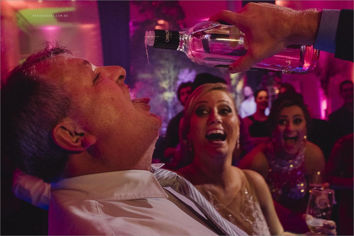 noivo servindo tequila no casamento