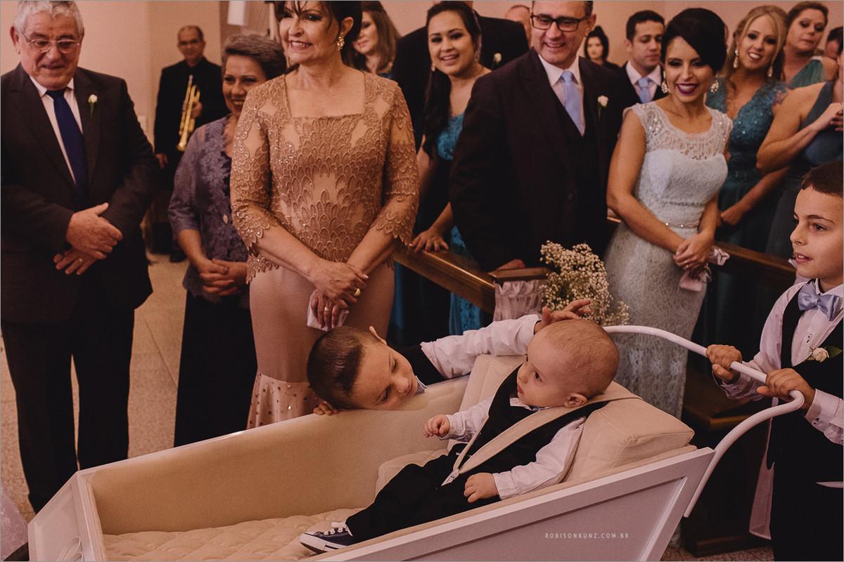crianças entrando na cerimonia com carrinho