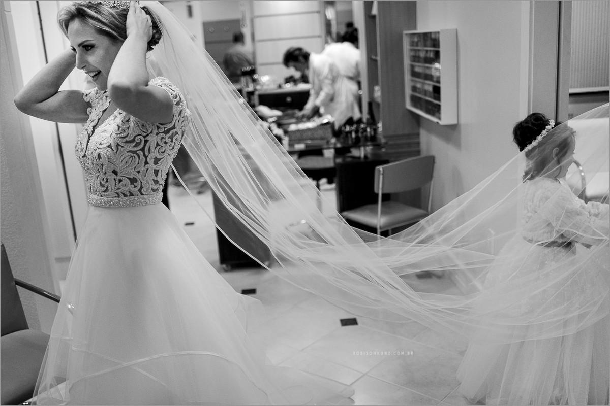aias brincando com o véu da noiva