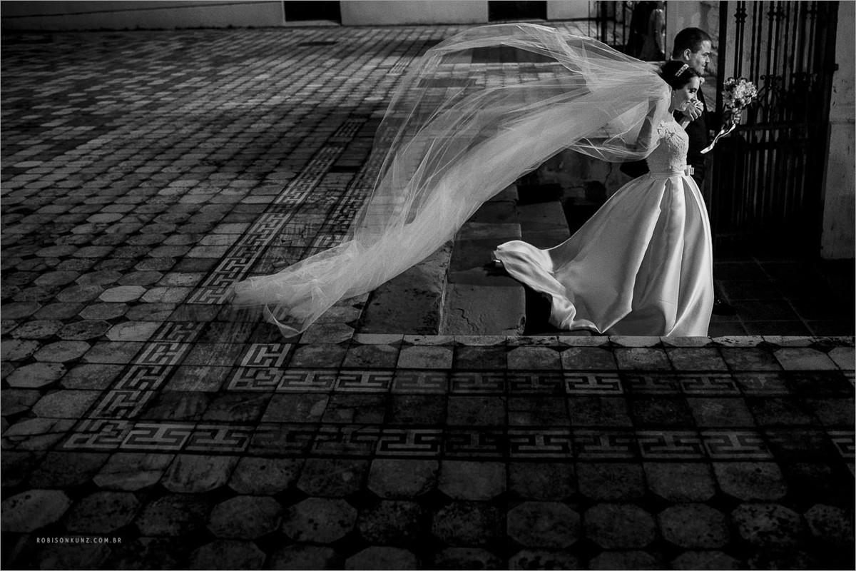 saida dos noivos com véu voando