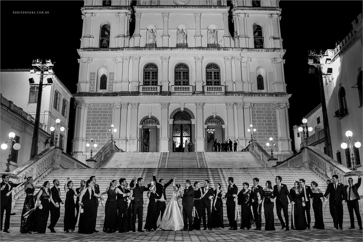 noivos e padrinhos na frente da igreja das dores em porto alegre