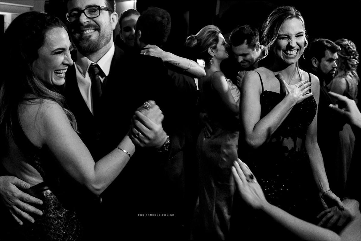 convidados dançando no casamento