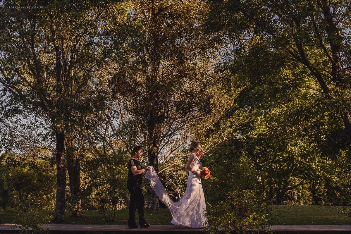 entrada da noiva durante casamento externo