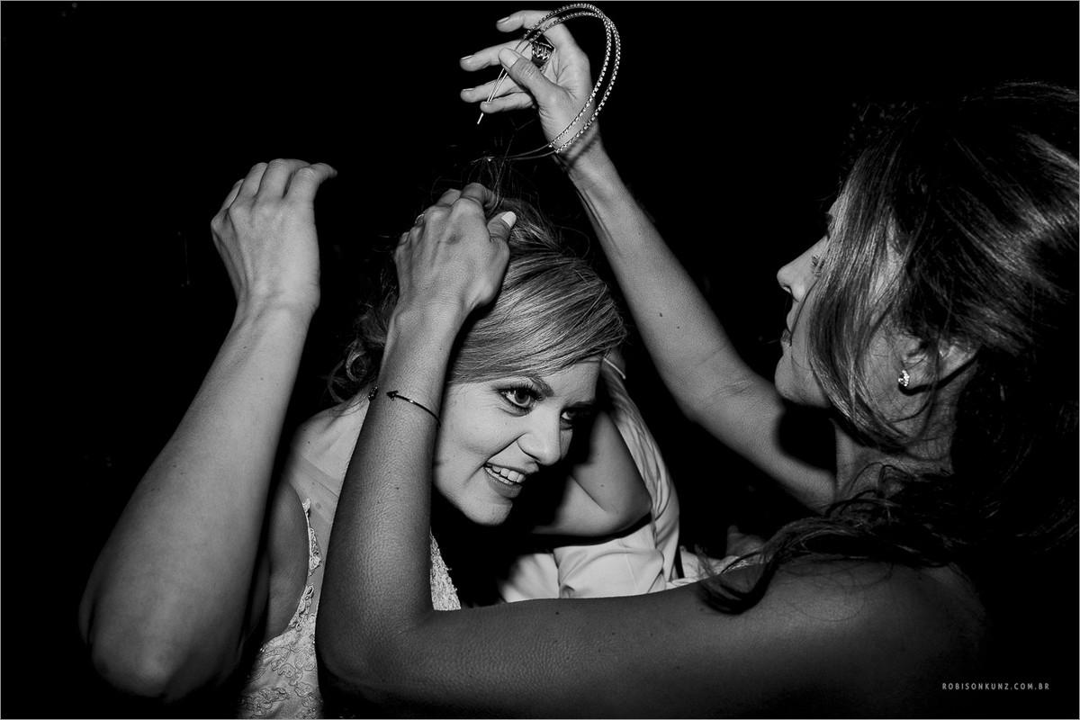 arrumando o cabelo da noiva durante a festga
