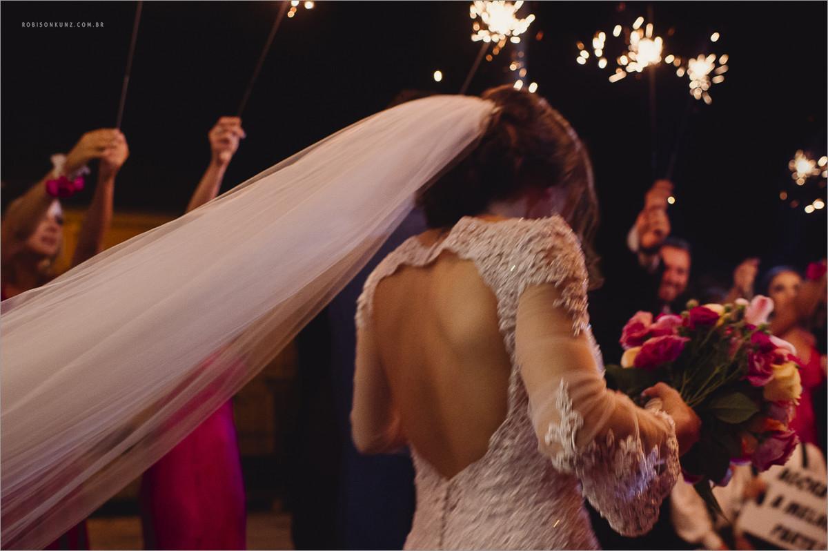 saida dos noivos com foguinhos