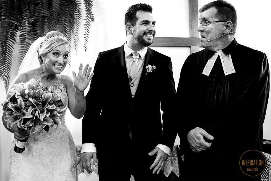 noiva abanando para a amiga durante a cerimonia