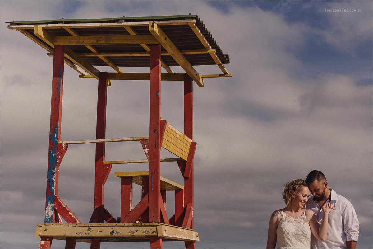 fotos de noivos na praia da guarda do embau