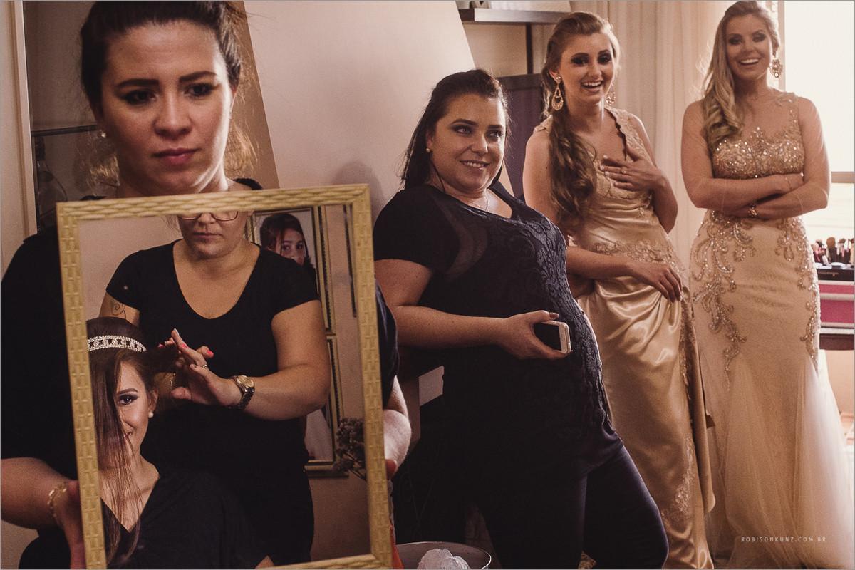noiva no espelho com as madrinhas
