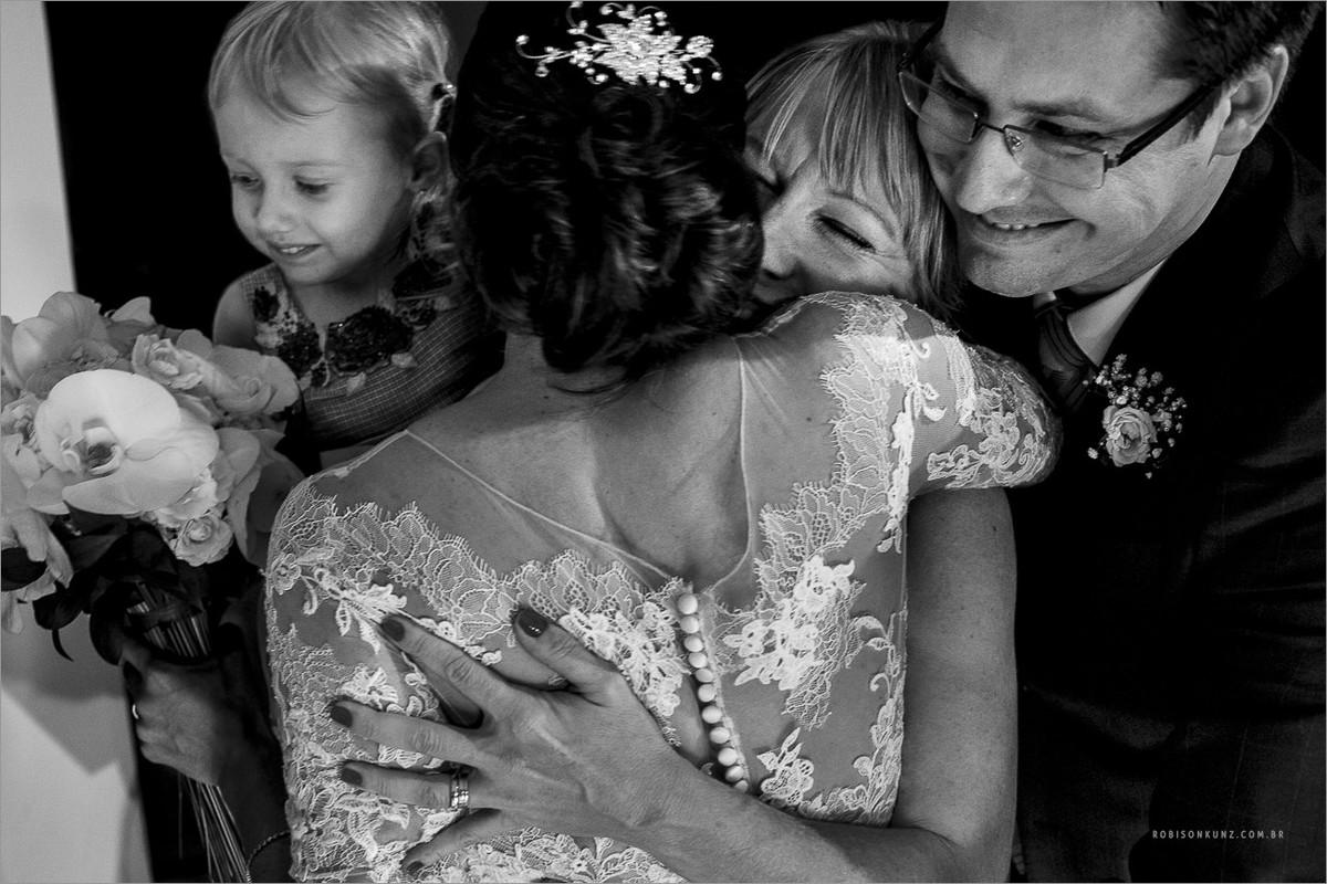 abraço coletivo na noiva