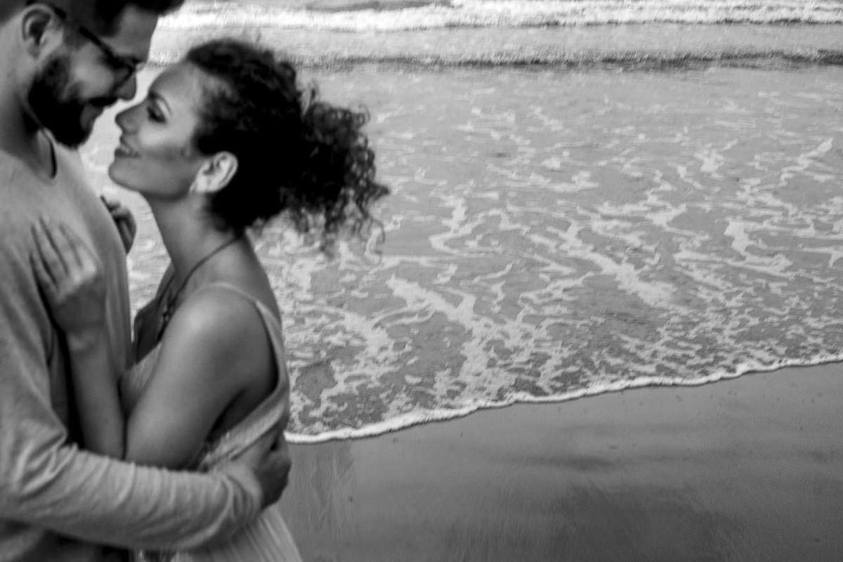 foto diferente de noivos na praia