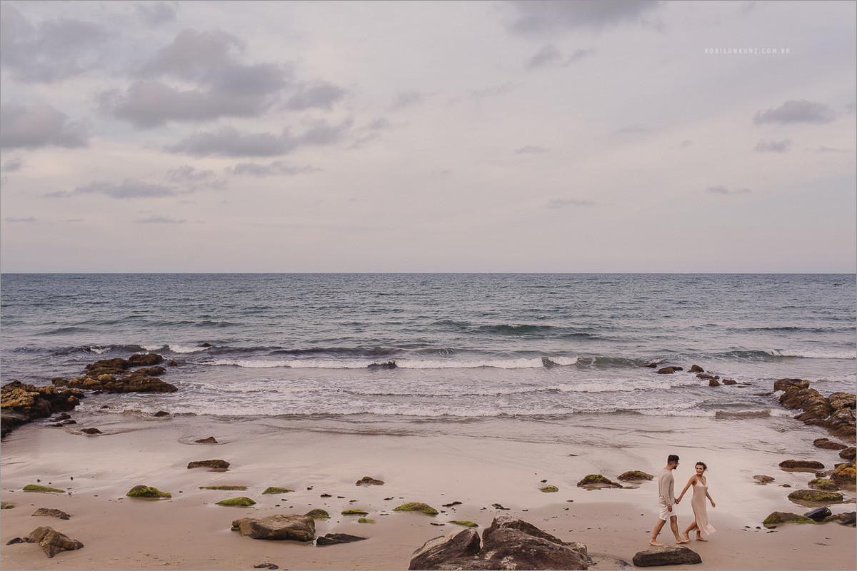 noivos caminhando na praia de balneario