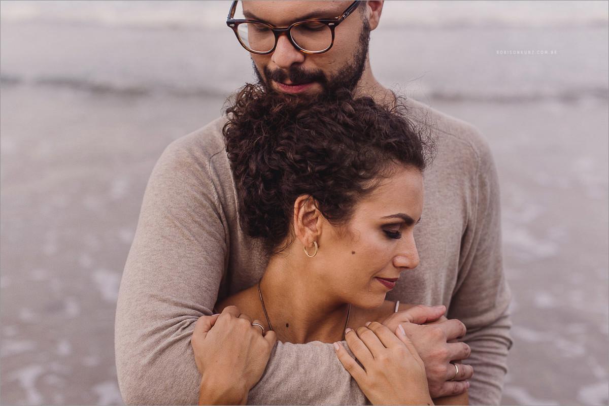 foto diferente de casal na praia