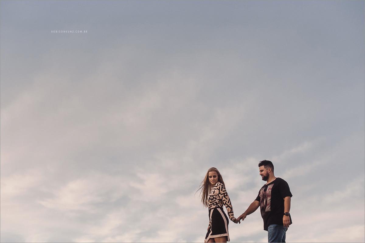 casal caminhando no ninhos das aguias