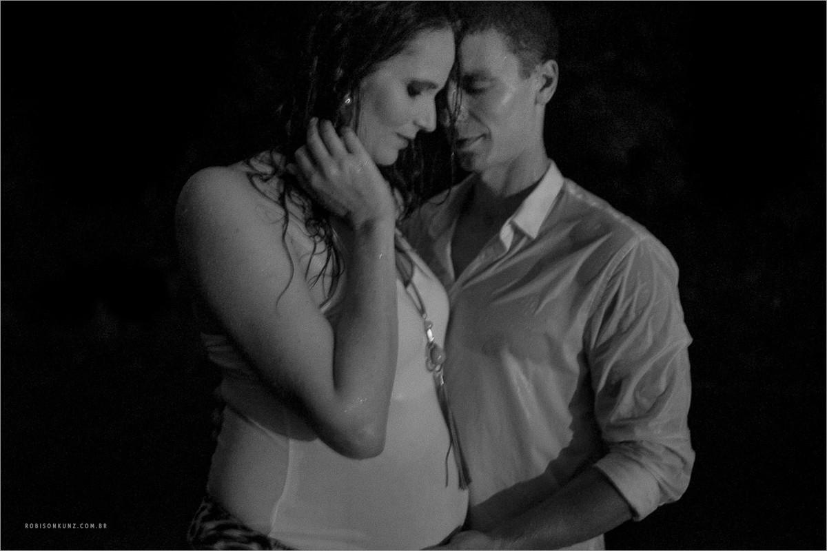 gravida tomando banho de chuva