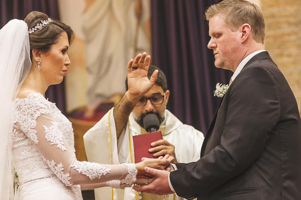 noivos sendo abençoados pelo padre