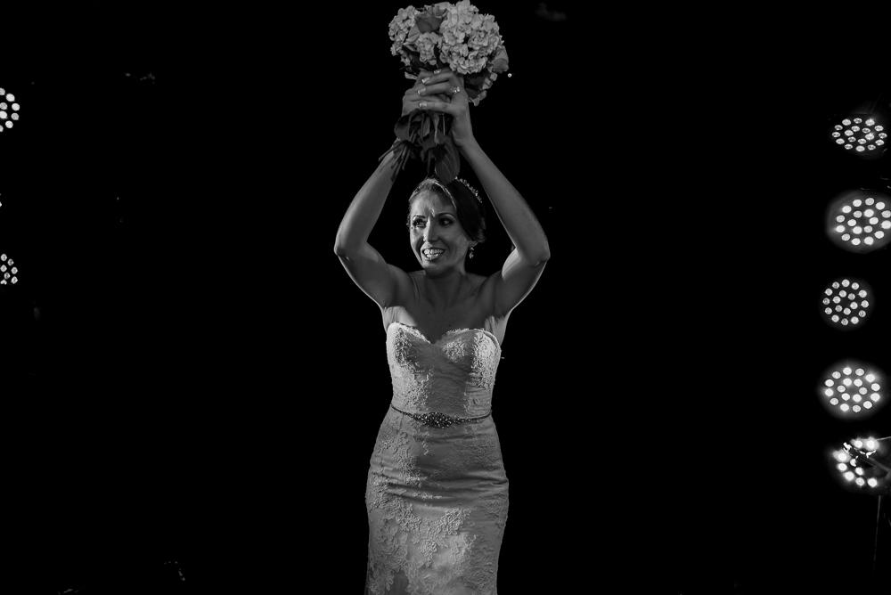 noiva jogando o bouquet