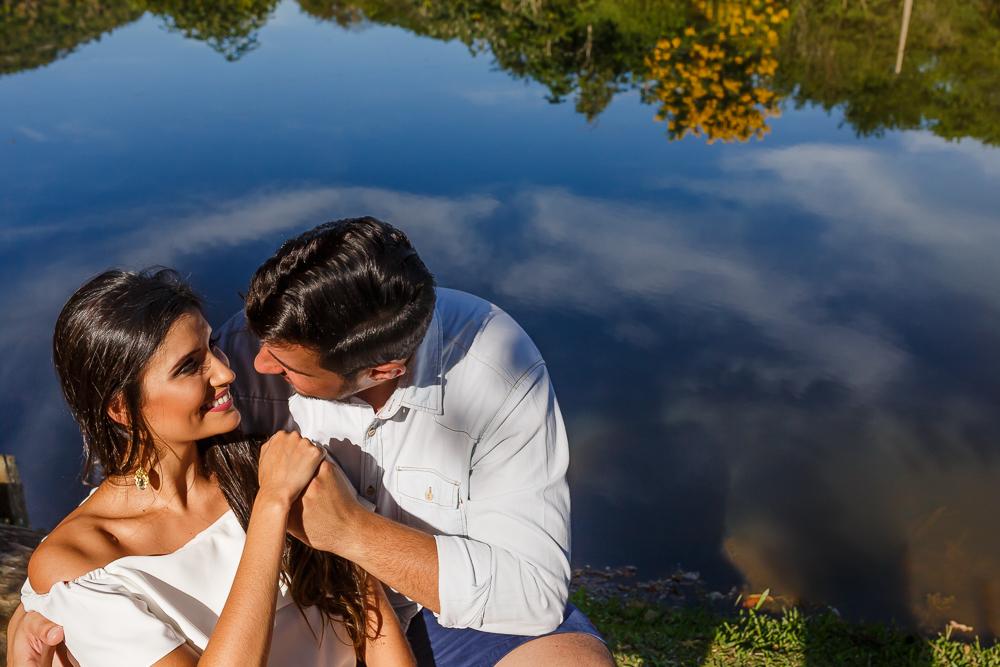 ensaio casal noivos perto da lagoa