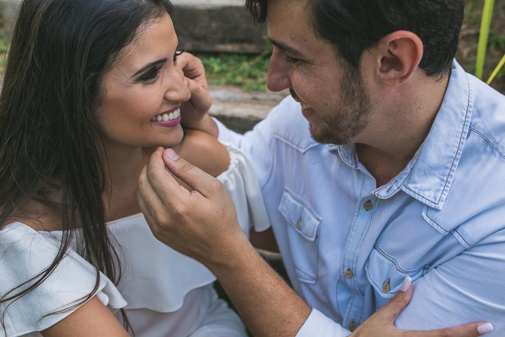 ensaio casal noivo fazendo carinho na noiva