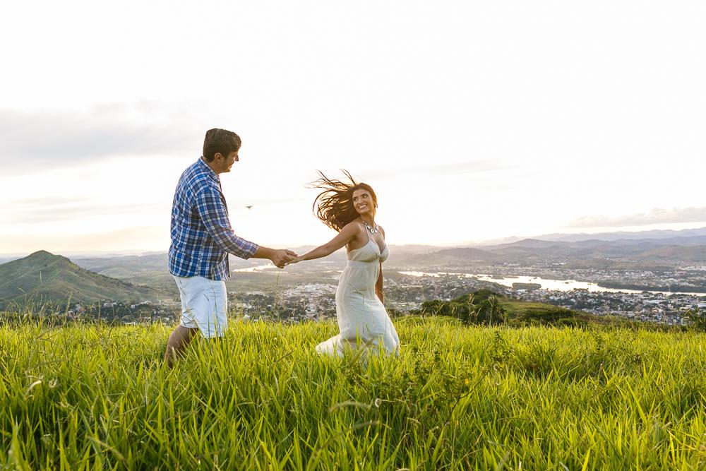 ensaio casal noivos correndo