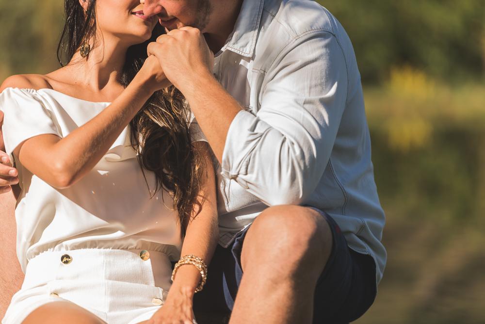 ensaio casal noivo beijando mão noiva