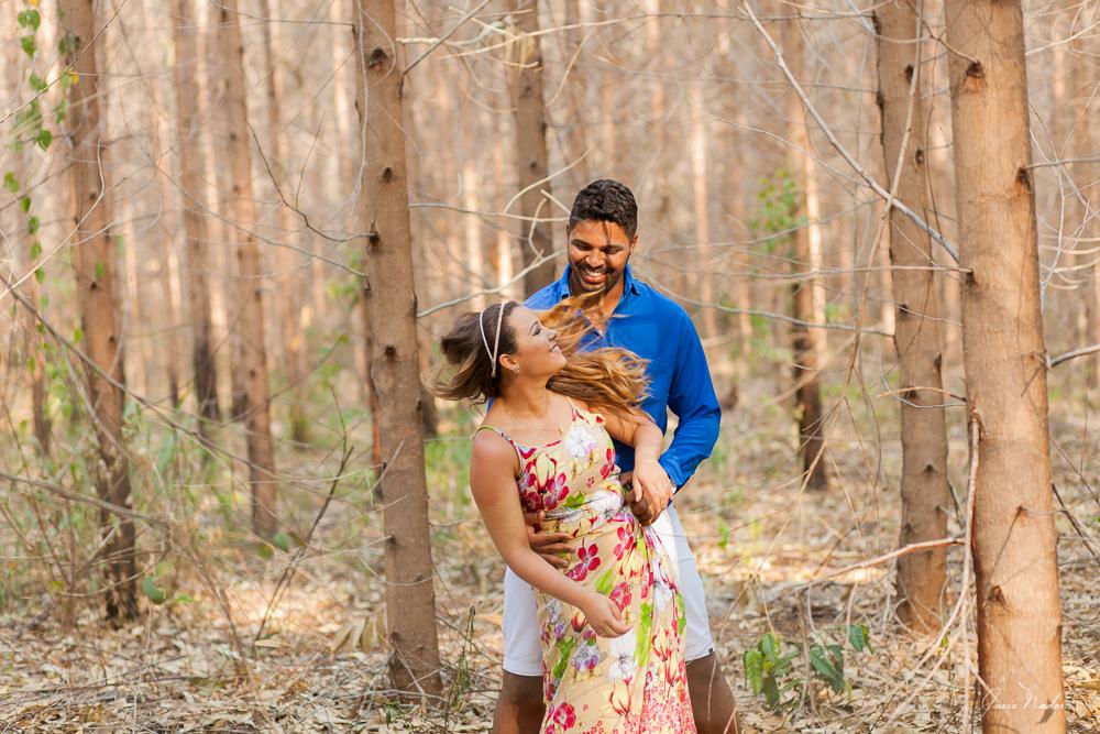 casal brincando nos eucaliptos Josie Nader fotografia de casamento