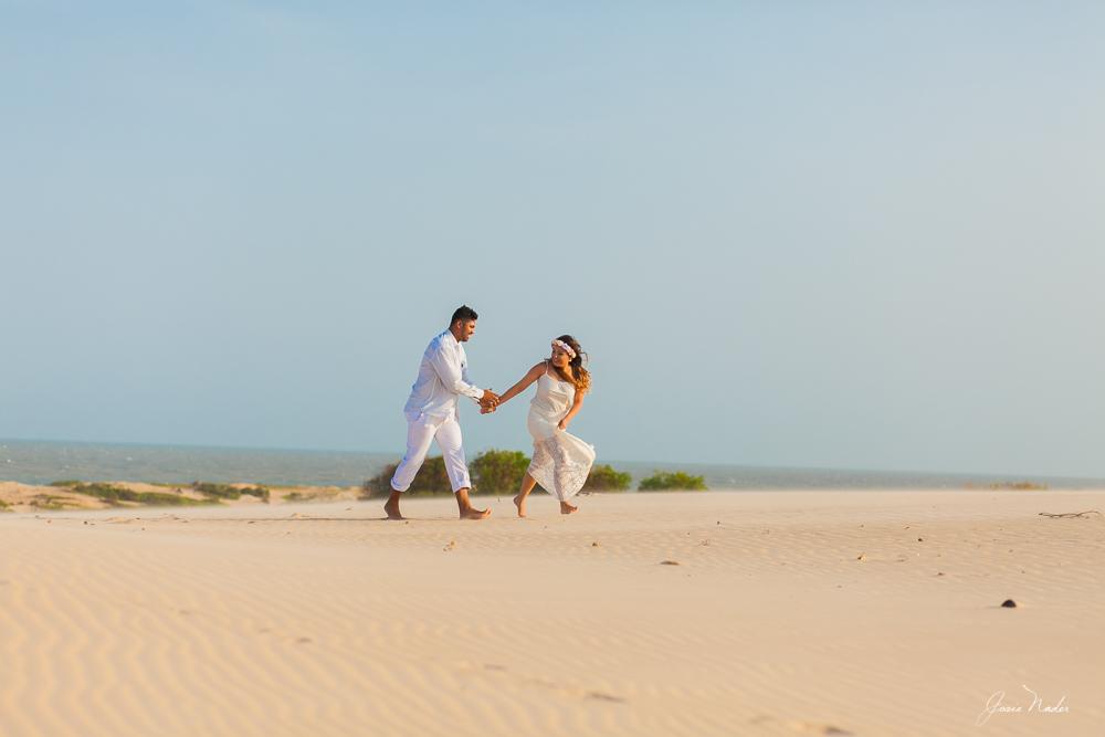 casal correndo nas dunas fotos de casamento Governador Valadares Josie Nader