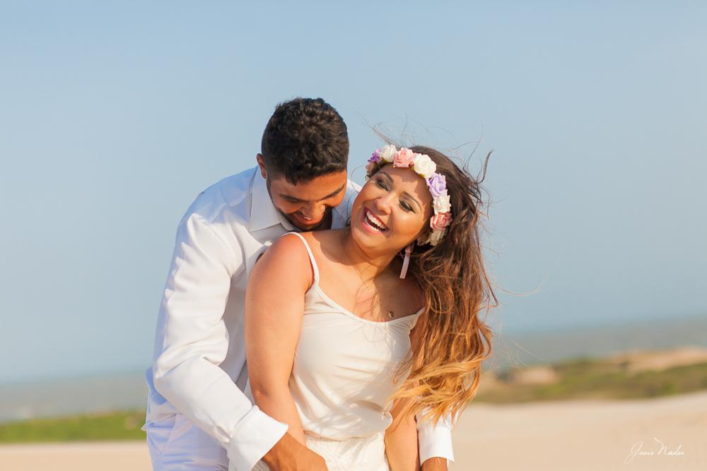 noivo abrançando noiva fotos de casamento pre casamento governados Valadares Josie Nader