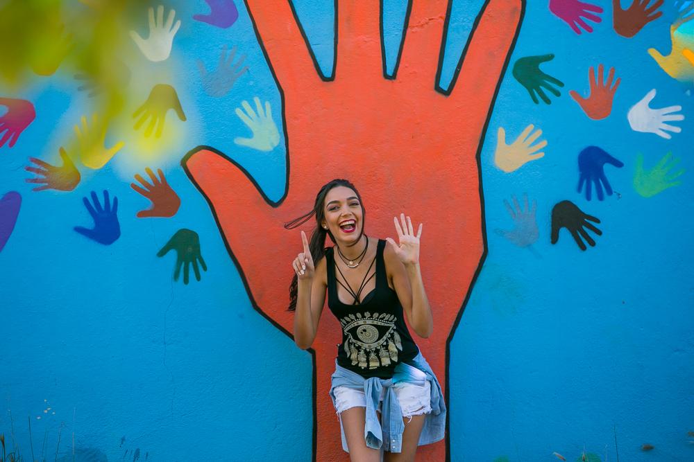 menina mostrando as mãos fotos de familia book 15 anos