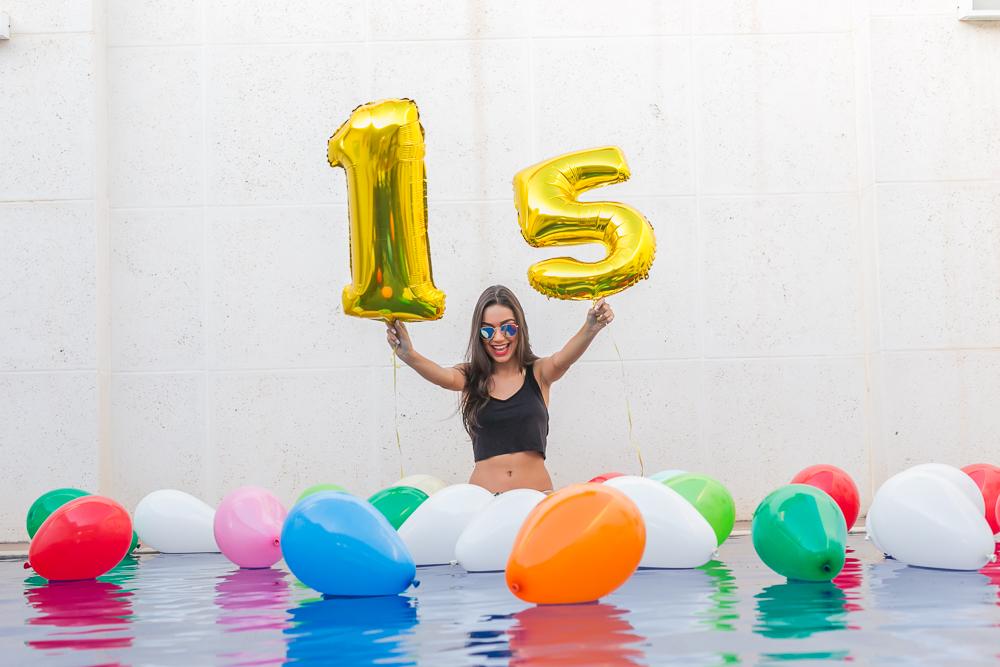 menina  na piscina com o 15 book 15 anos Josie Nader