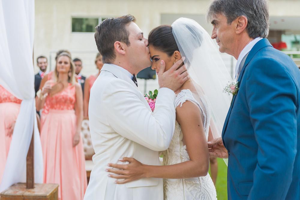 noivo recebendo noiva Fotos de casamento Governador Valadares Josie Nader