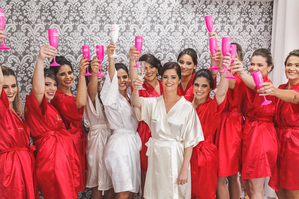noiva brindando com as madrinha no making Fotos de casamento Governador Valadares Josie Nader