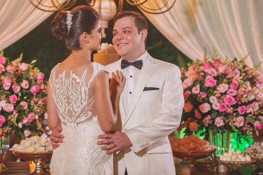 noivos na mesa de bolo Fotos de casamento Governador Valadares Josie Nader