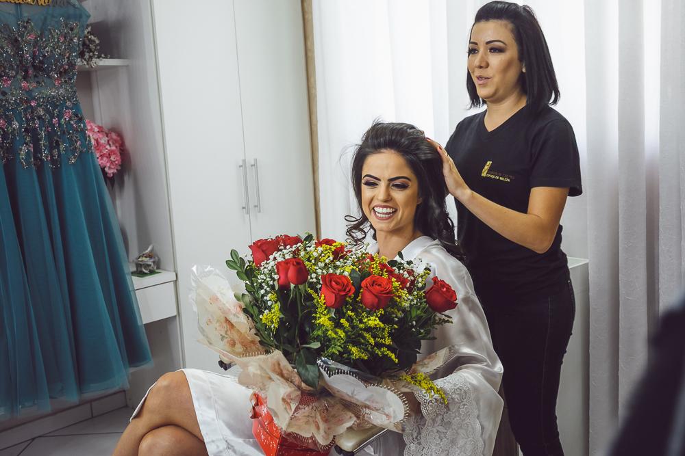 noiva recebendo flores no salão Fotos de casamento Governador Valadares Josie Nader