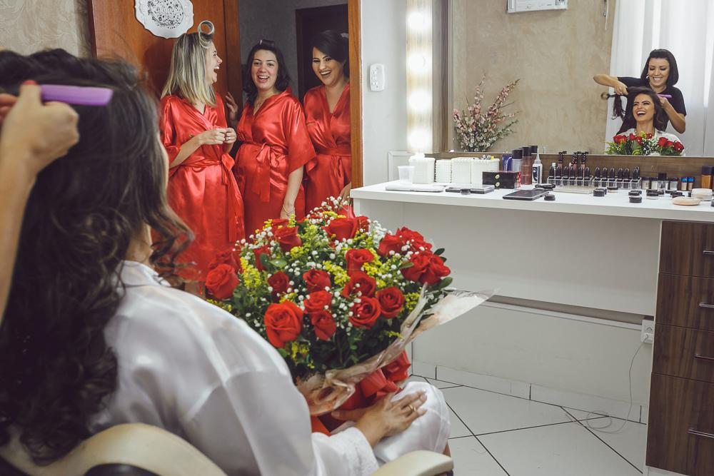 madrinhas vendo noiva com flores Fotos de casamento Governador Valadares Josie Nader
