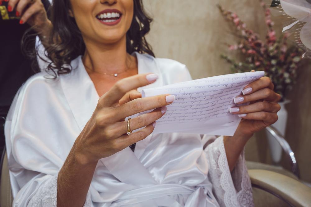 noiva lendo carta noivo no making Fotos de casamento Governador Valadares Josie Nader