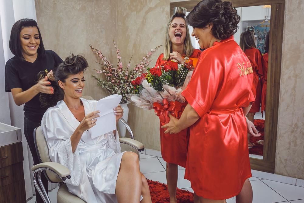 noiva lendo para as madrinhas Fotos de casamento Governador Valadares Josie Nader
